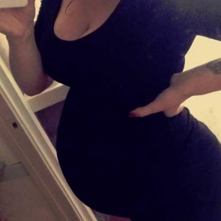 Zwangere buik Cecilia, ze is nu 24 weken zwanger