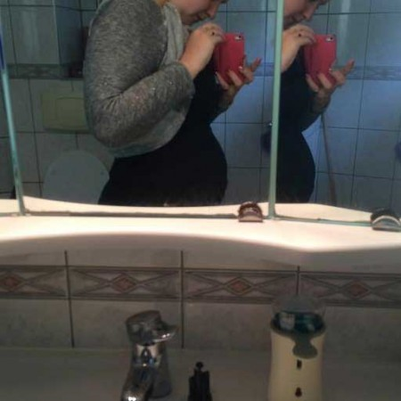 Zwangere buik van Marielle, ze is 8 weken zwanger